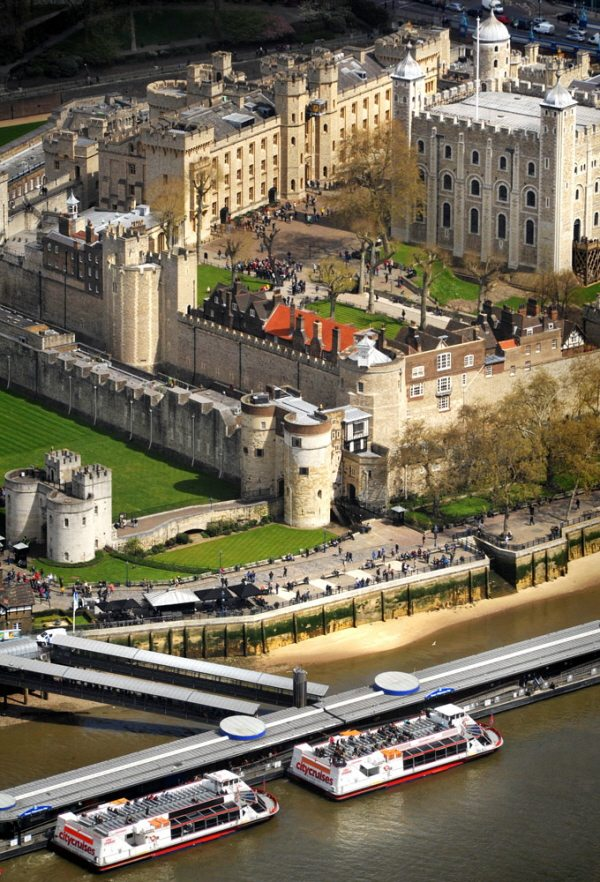 thames rvier cruise by the tower of london